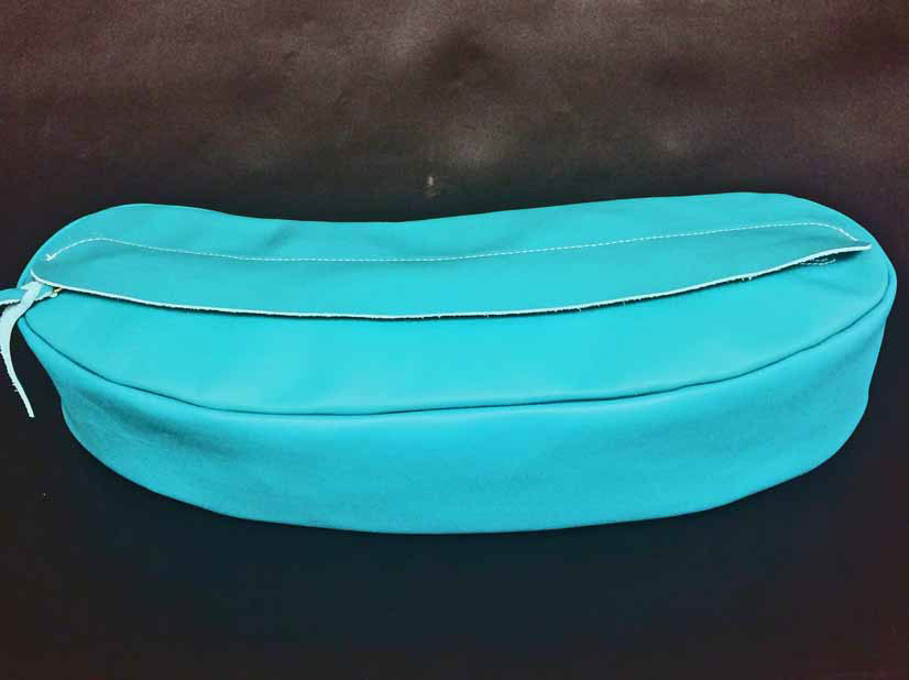 Match our Turquoise Cantle Bag with our Turquoise Bucking Rolls and our Turquoise Horn Wraps. Standard size Cantle bag is 19